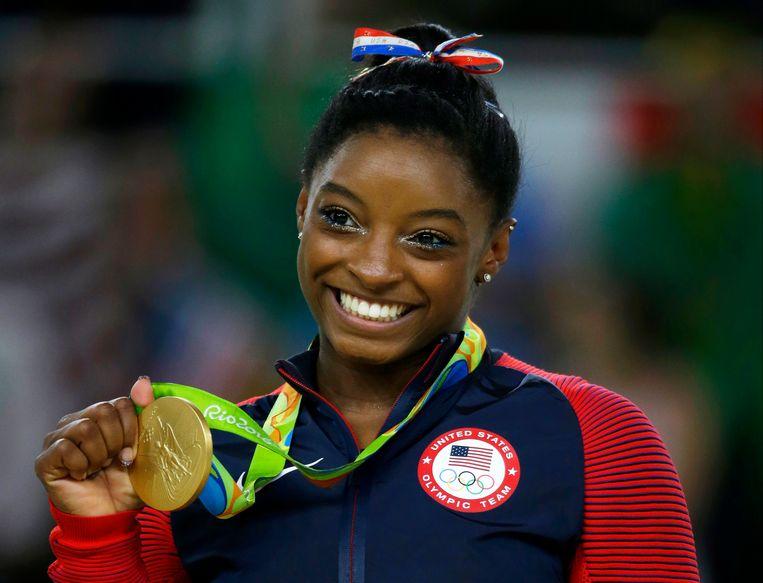 Gymnaste SImone Biles, hier met een gouden medaille die ze behaalde op de Spelen in Rio.
