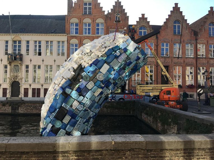 De plasticken walvis van de Triënnale is afgelopen week afgebroken in Brugge.