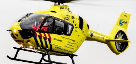 Man raakte bekneld tijdens werkzaamheden in Loosbroek en gaat zwaargewond naar het ziekenhuis