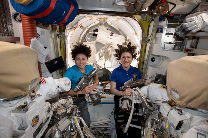 Astronauten Jessica Meir (links) en Christina Koch aan boord van het ISS.
