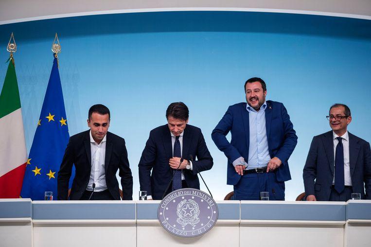 Vicepremier en arbeidsminister Luigi di Maio(L), premier Giuseppe Conte, vice-premier en minister van Binnenlandse Zaken Matteo Salvini en minister van Financiën  Giovanni Tria presenteren hun begrotingsplannen aan de pers op 15 oktober.   Beeld vk