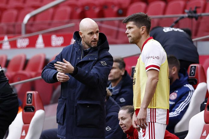 Erik ten Hag geeft instructies aan invaller Klaas-Jan Huntelaar.