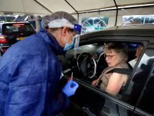 Massaal in de file voor een griepprik bij de vaccinatie drive-in in Schoonrewoerd