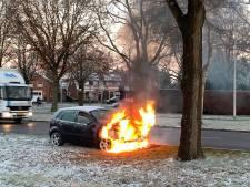 Vlammenzee bij autobrand in Oldenzaal