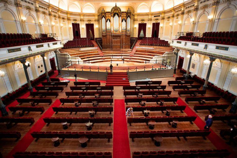 Het Concertgebouw is flink omgebouwd om aan de coronaregels te voldoen, zo staan er nu salontafeltjes tussen de stoelenrijen. En de oneven rijen zijn helemaal verdwenen.  Beeld Olaf Kraak