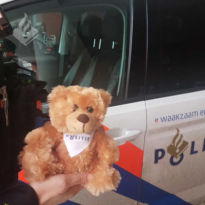Agenten van politiebureau Heemstraat gaven de bejaarde dame een knuffelbeer om haar een hart onder de riem te steken.