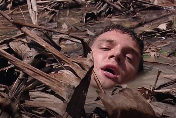 Stefano Sanders (Bas Muijs) zakt weg in het moeras.