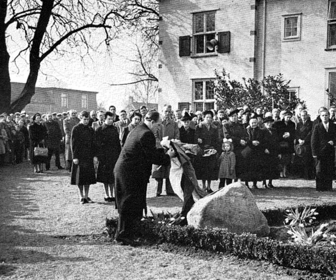 De Britse vliegenier Richard Pape legt in 1954 een krans bij het monument ter nagedachtenis van Agterkamp en Besselink bij het gemeentehuis van Steenderen. De foto komt uit Pape's boek Sequel to boldness uit 1959.