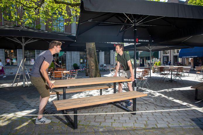 De opbouw van het terras van Lucas Drinkwinkel, op de Grote Markt, eind mei van dit jaar.