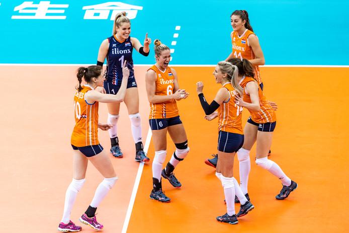 De Nederlandse volleybalsters vieren feest tijdens de wedstrijd tegen Servië.