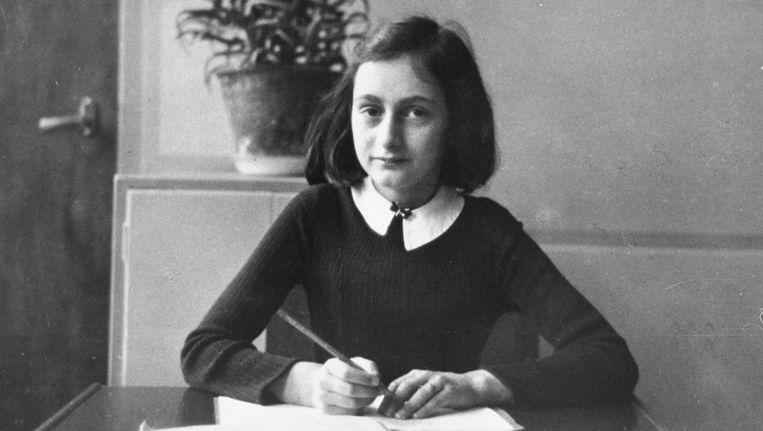 Anne Frank schreef haar naam in het sprookjesboek. Beeld anp
