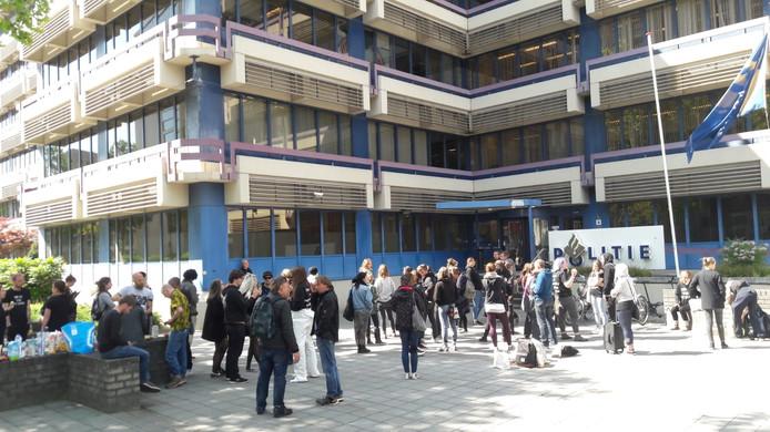 Actievoerders van Meat the Victims verzamelen zich bij het politiebureau aan de Mathildelaan in Eindhoven