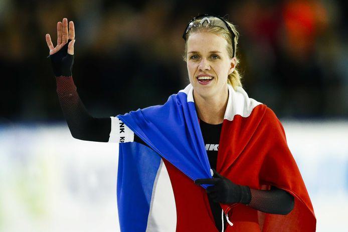 Letitia de Jong juicht na het winnen van het NK sprint in januari dit jaar.