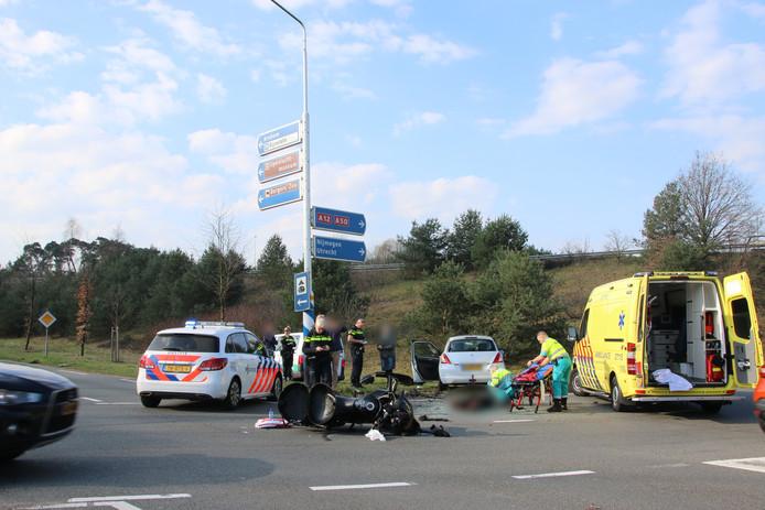 Het kruispunt op de Apeldoornse weg was enige tijd afgesloten voor onderzoek.