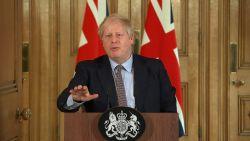 """Boris Johnson begin maart: """"Ik blijf iedereen hand geven, ook coronapatiënten"""". Nu ligt hij op intensieve zorg"""
