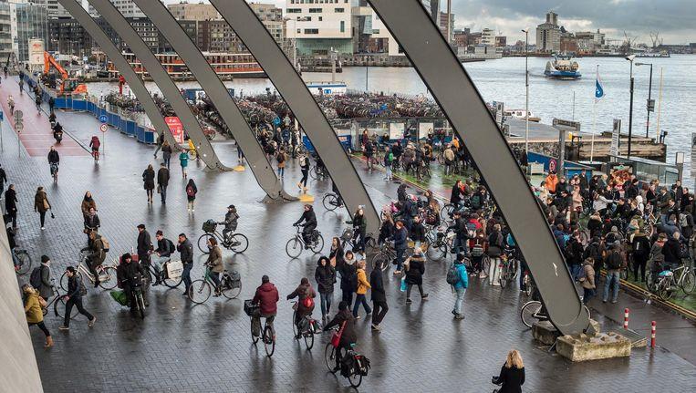 De 'shared space' achter het Centraal Station blijkt te werken. Beeld Mats van Soolingen