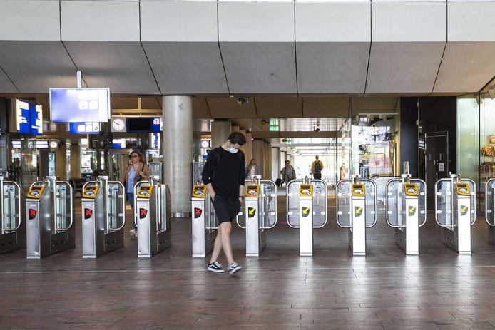 Bij De Broodzaak op Rotterdam Centraal is een medewerkster besmet met corona. De horecazaak in de reizigerstunnel is dicht en wordt ontsmet. Alle medewerkers moeten in quarantaine.