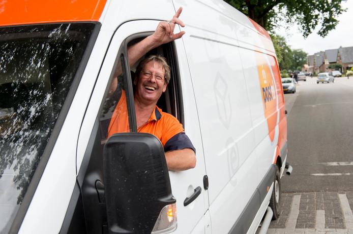 Peter van Haaften verlaat Uddel met de pakket bezorging tot teleurstelling van het dorp.
