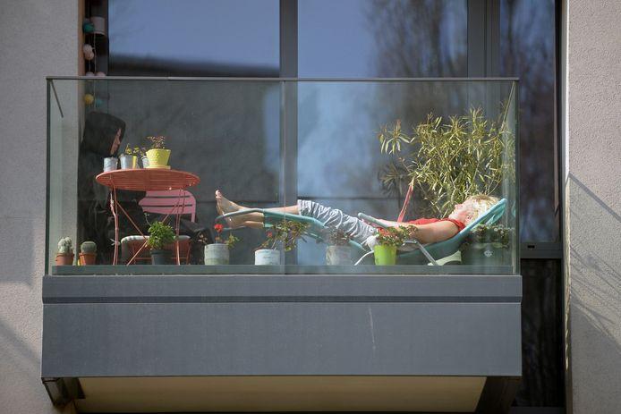 Bain de soleil pendant le confinement, fin mars, à Ixelles, en Région bruxelloise