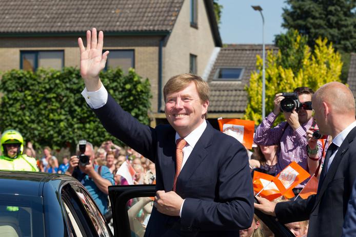 Koning Willem Alexander (hier op archiefbeeld in Heerde) opent op 14 maart het Reevediep, de bypass van de IJssel bij Kampen.