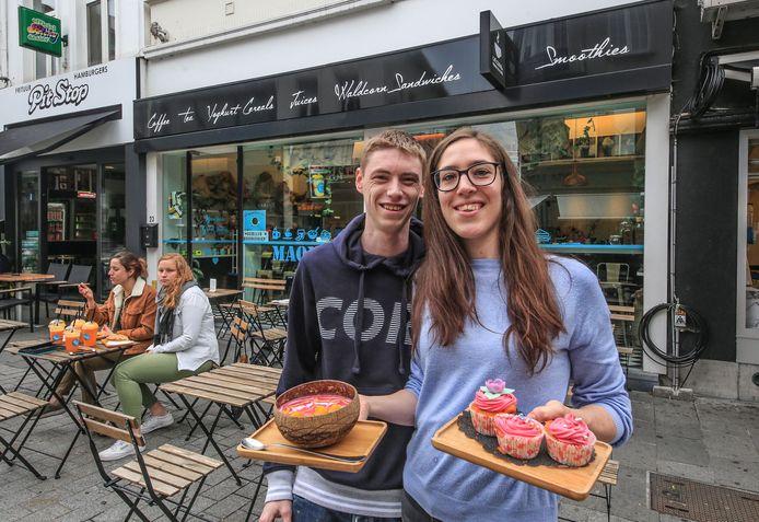Wouter Deschamps en Justine Verschoot, met een smoothie bowl en enkele cupcakes.