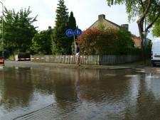 Burgemeester de Beaufortweg in Leusden blank door waterleidingbreuk