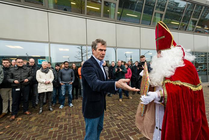 Leen van Antwerpen neemt namens Siemens het cadeautje van Sinterklaas in ontvangst. De Sint en de bonden hadden liever gezien dat directeur Huub Banus dat had gedaan.