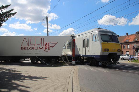 Het ongeval gebeurde aan de spooroverweg ter hoogte van de Pladijsstraat in Deerlijk.