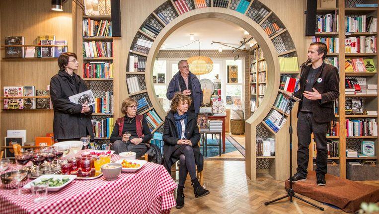 Dichter Joost Baars in Boekhandel Van Rossum in Amsterdam-Zuid Beeld Dingena Mol