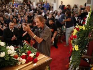Il redoutait d'être seul aux funérailles de sa femme, tout El Paso est venu à son secours