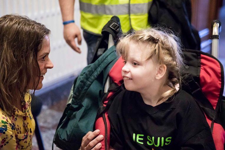 Damen na de optocht met Sofie Voncken, een meisje met zware epilepsie bij wie de olie wonderen doet.