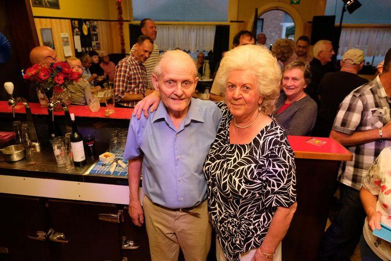 René Hofmans (84) en Germaine Peeters (76) staan nog tot 23 december achter de toog van het Clubhuis.