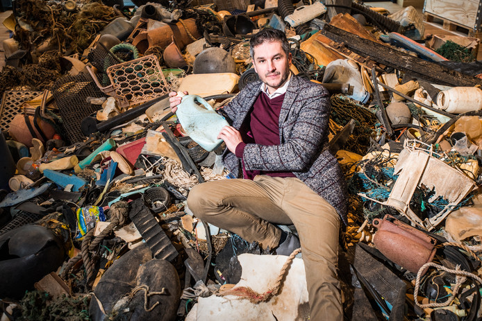 Bram Peters in een afvalberg van plastic in Rozet in Arnhem.