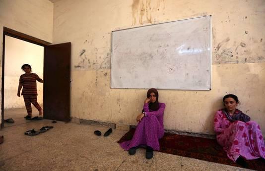 Vrouwen Sinjar vluchtten naar de Koerdische stad Dohuk waar ze in een schoolgebouw zijn opgevangen.