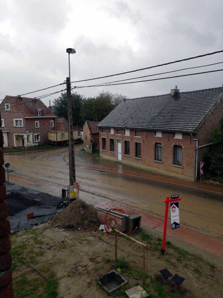 De straten in Bierbeek lagen woensdagvoormiddag vol met modder