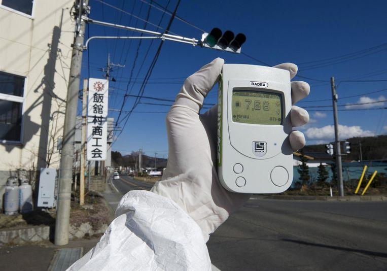 Een geigerteller geeft een stralingsniveau van 7,66 microsievert per uur aan in Iitate. (archieffoto Greenpeace 27.03.2011)
