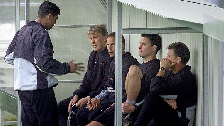 Raymond Verheijen (tweede van rechts) tijdens het EK van 2000 in de staf van Oranje. Beeld ANP