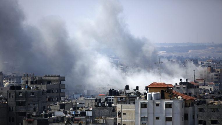 Rook stijgt op boven Gaza na een Israëlische luchtaanval op Gazastad op 23 augustus. Drie Palestijnen kwamen om bij het bombardement. Beeld epa