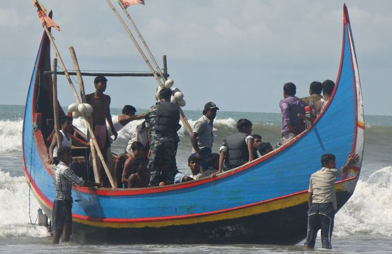Gevluchte Rohingya's komen in Thailand aan met een vissersboot; de boot waarmee ze vertrokken is gezonken. Beeld AFP