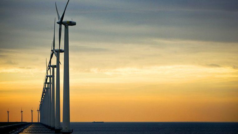 Windmolens kunnen, mits gekoppeld in een net dat 1000 kilometer of meer beslaat, voor een zeer constante stroomtoevoer zorgen. Beeld ANP