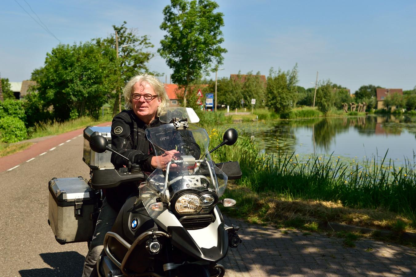 Hugo Pinksterboer van de Motorrijders Actie Groep langs de bochtige Vlist. Een mooie plek en fijn om als motorrijder je stuurmanskunst te testen.