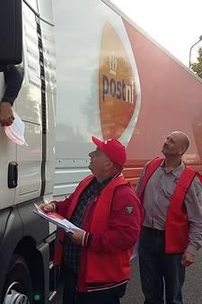 Actie bij PostNL in Den Bosch voor beter salaris: 'Het is ook mijn geld hè'