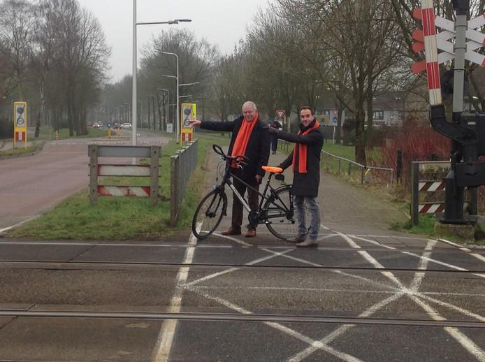 De VVD'ers Anton Bosch (links) en Sytze Dijk pleiten voor een fietssnelweg langs de spoorlijn tussen Deventer en Zwolle.