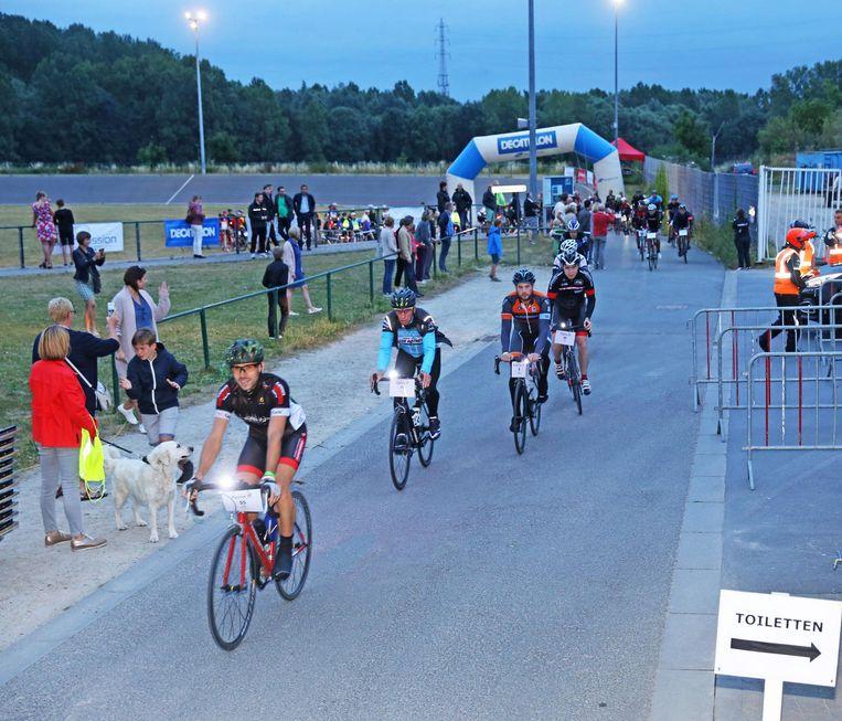 De deelnemers vertrokken op de wielerpiste van Affligem.