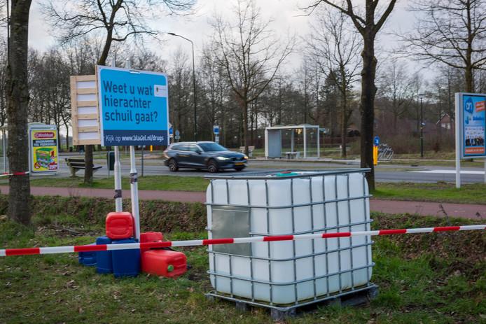 Aan de Lange Trekken heeft de gemeente Bladel als actie nep-drugsafval gedumpt langs de weg.