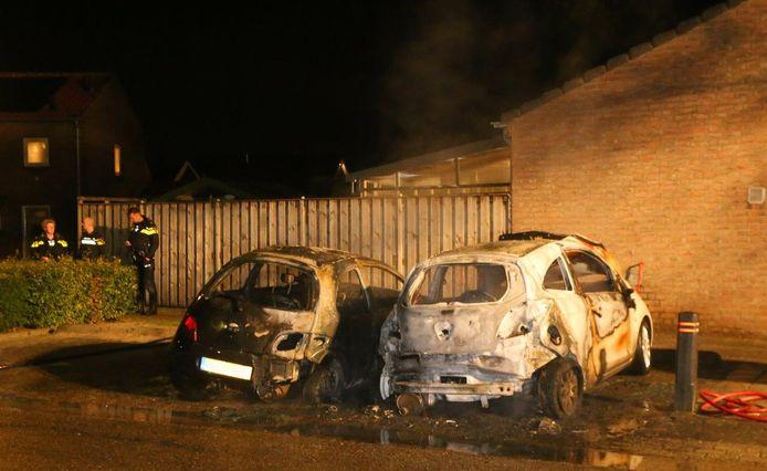 De geparkeerde auto's brandden uit in Waardenburg