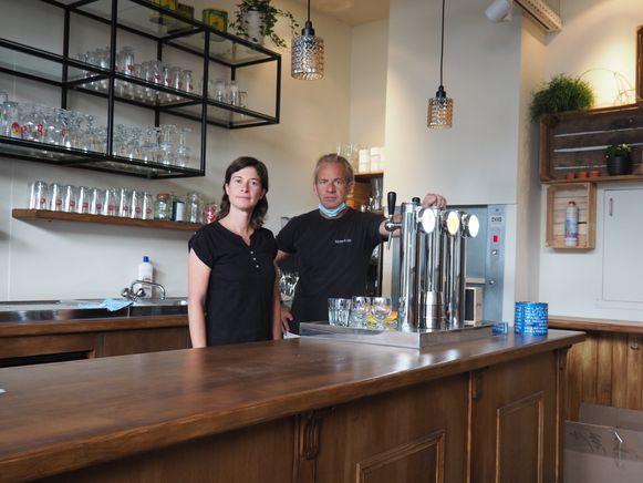 Nikki Capiau en Tom Simons achter de toog van Basta, hun nieuwe bruine cafeetje op de Grote Markt van Mechelen.