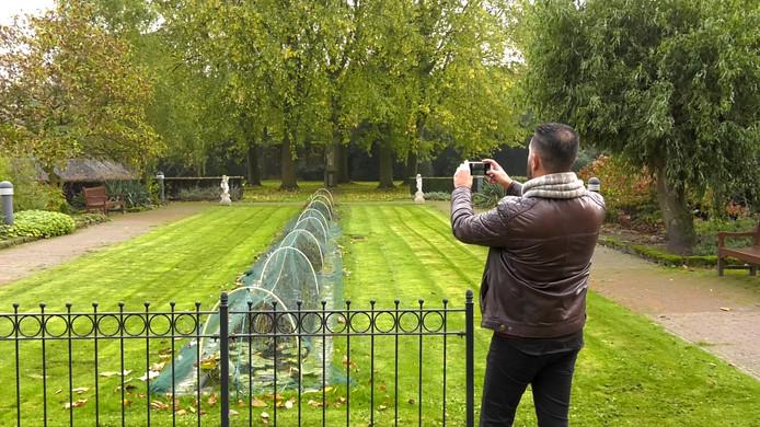 Youssef Zerrouk in de tuin van de Zusters van Liefde.
