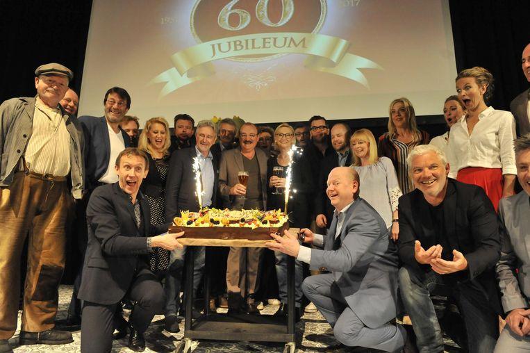 De hele cast vierde de verjaardag met een grote taart én een eigen gebrouwen bier.