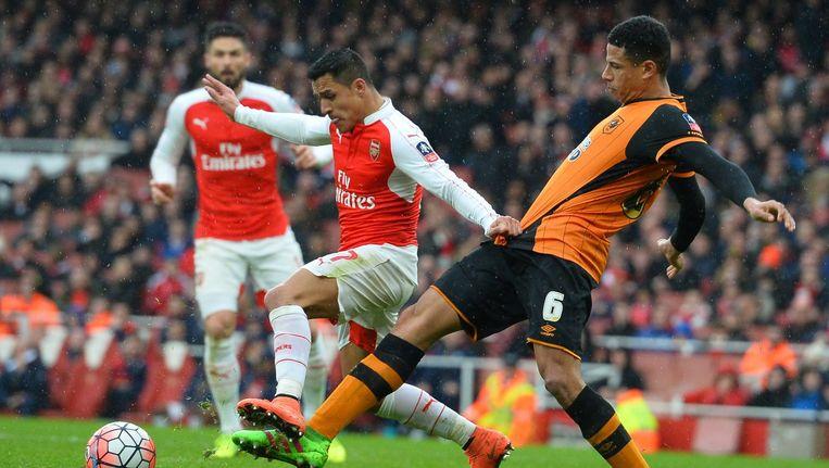 Arsenal-aanvaller Alexis Sanchez (L) wordt getackeld door verdediger Curtis Davies van Hull City. Beeld AFP